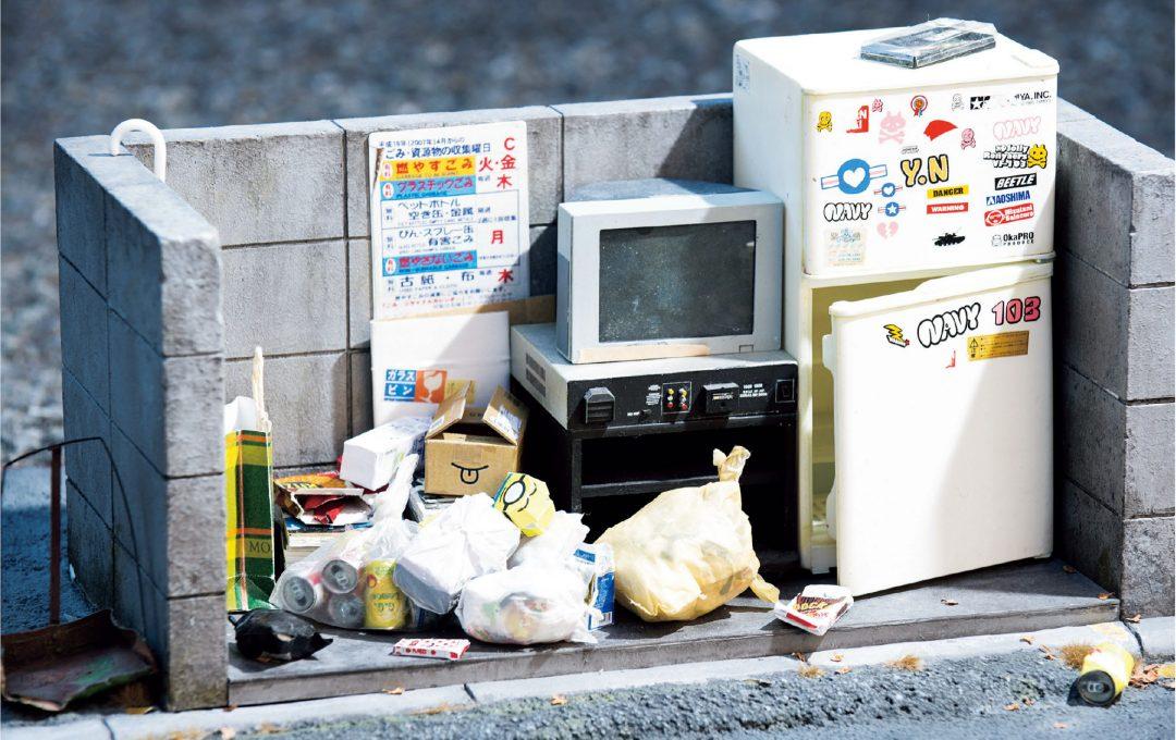これが本当にジオラマなのか?!MOZUの生活感溢れる リアルワールド「ゴミ捨て場」