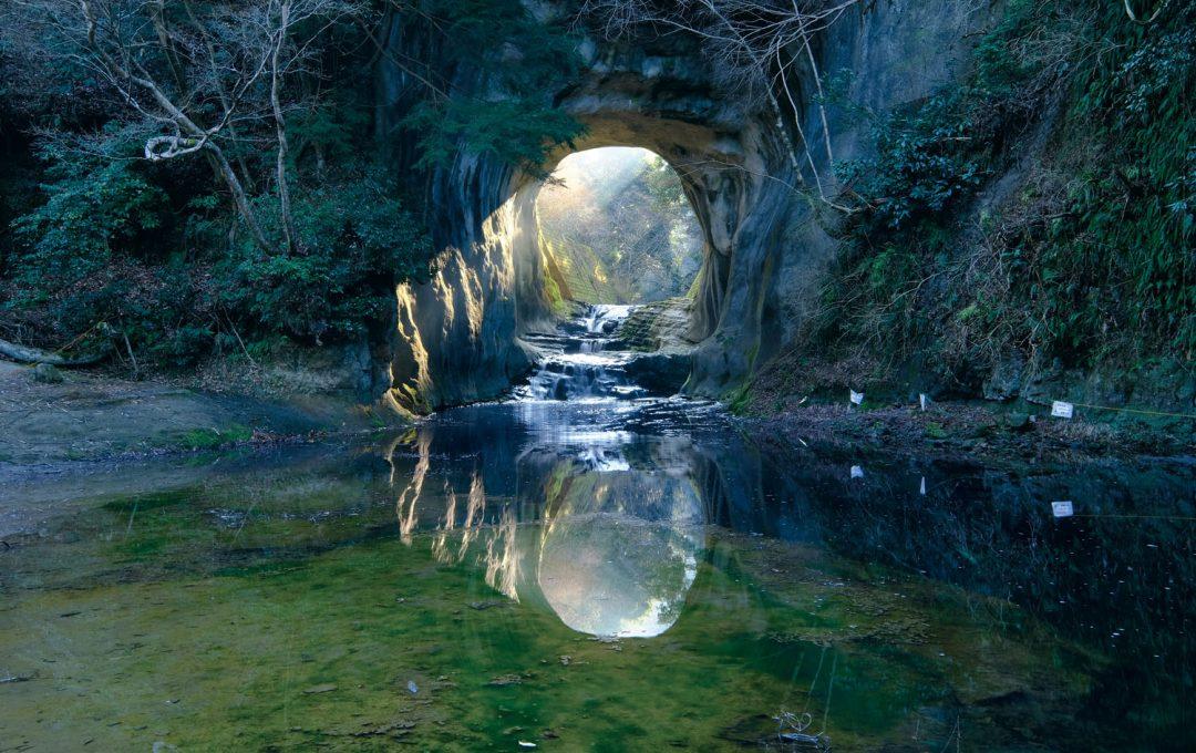 四季折々の空を作品に昇華するヒケツ・洞窟越しに差し込む光が水面に反射して撮れる「ハート型」