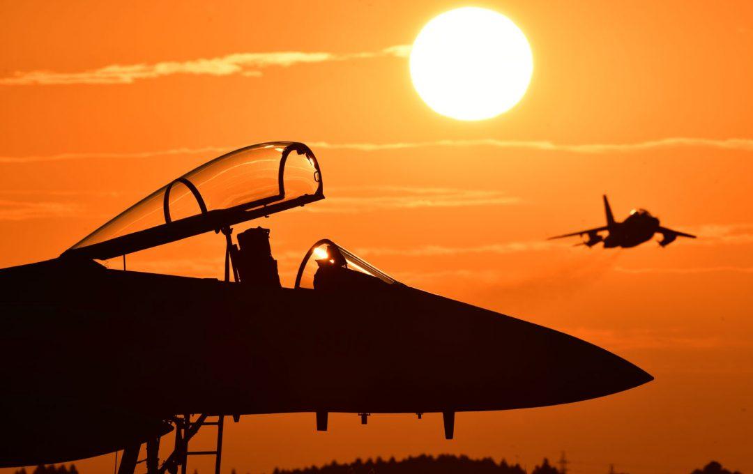 よりよい飛行機写真を目指す〜太陽を構図に入れた画作りはシンプルに。