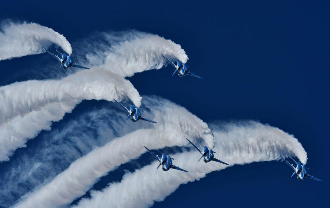 ブルーインパルスの見どころ&撮るコツは、航空機だけが被写体じゃない