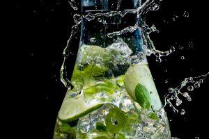 飲料水のイメージビジュアルを想定してシズルカットを撮る
