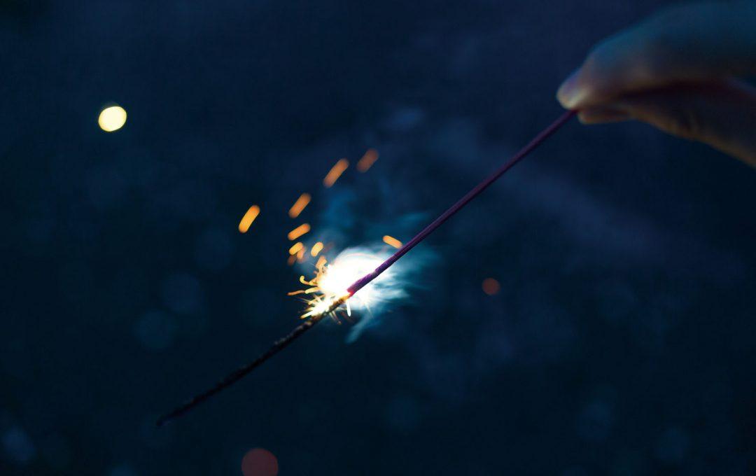 暗く落ちた背景で「花火」を引き立てる。良い絵が来る気配があれば迷わず連写!