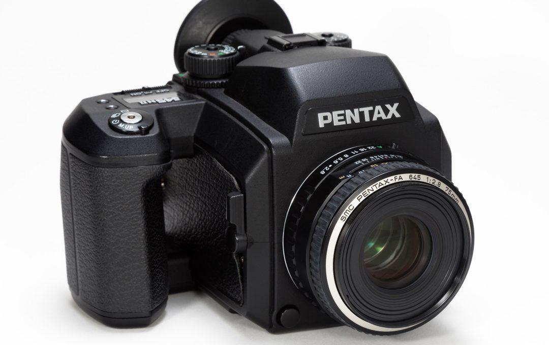 35mm判一眼レフの感覚で使える中判フィルムカメラ「PENTAX 645NII」