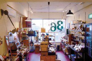 アンティークな什器とオリジナル商品が楽しい、町の文房具屋さん