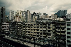 都市の中で朽ちゆく建造物をシネマティックに引き立てる
